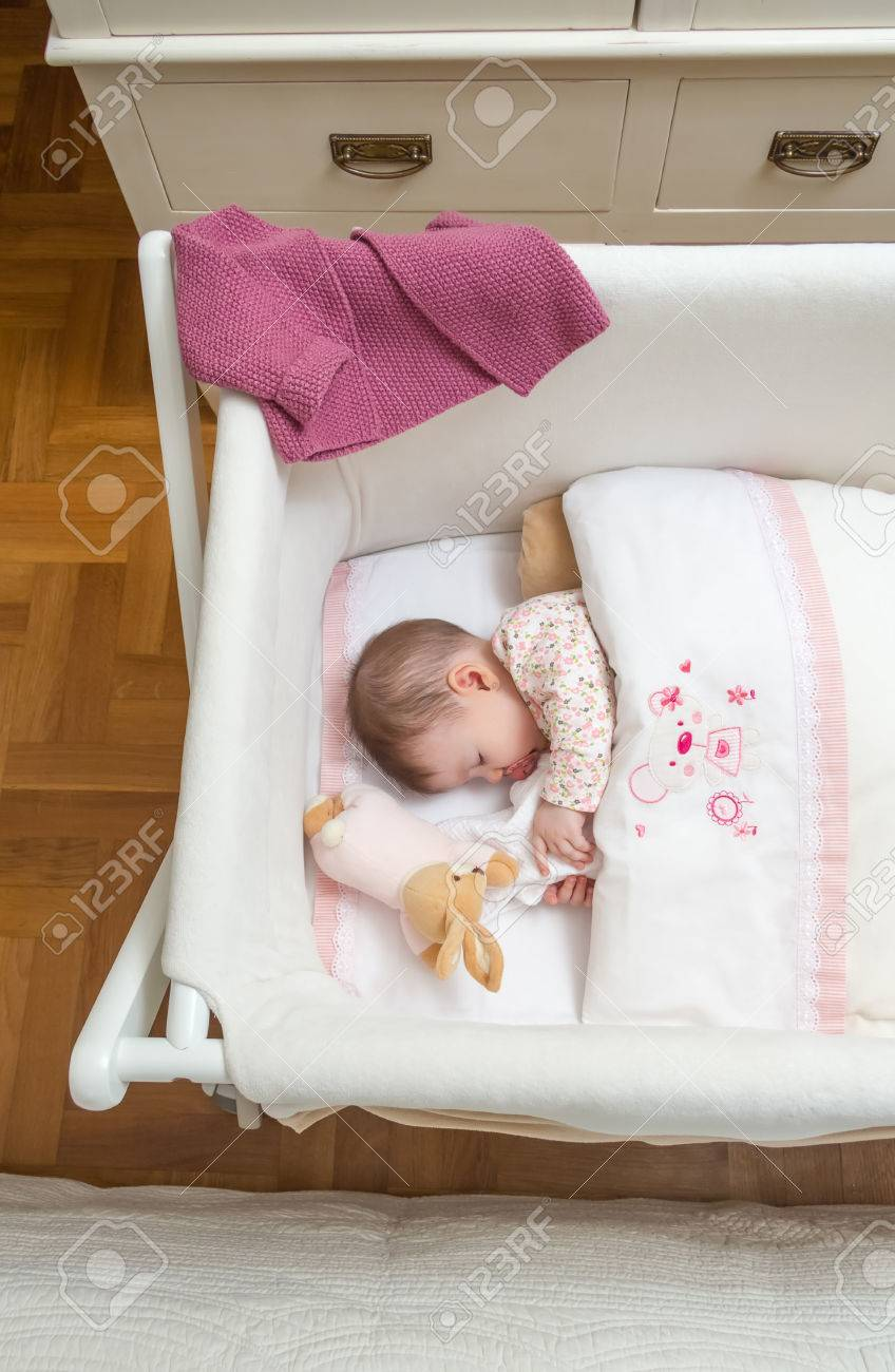 Full Size of Mädchen Portrt Von Niedlichen Baby Mdchen Schlafen Im Mit Bett Betten Wohnzimmer Kinderbett Mädchen