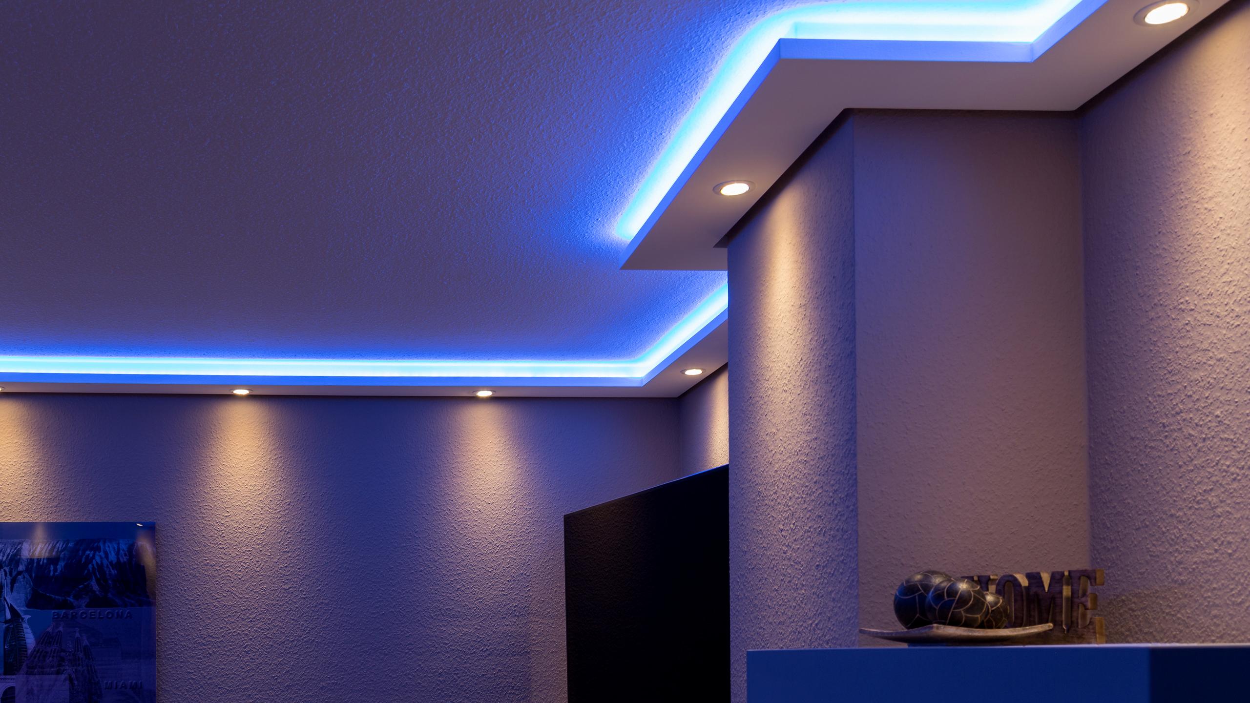 Full Size of Wohnzimmer Indirekte Beleuchtung Stuckleisten Fr Direkte Und Von Wand Gardinen Hängeschrank Weiß Hochglanz Stehlampen Deckenlampe Poster Moderne Wohnzimmer Wohnzimmer Indirekte Beleuchtung