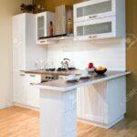 Stil Kchentheke Mit Zubereitung Von Speisen Lizenzfreie Wohnzimmer Küchentheke