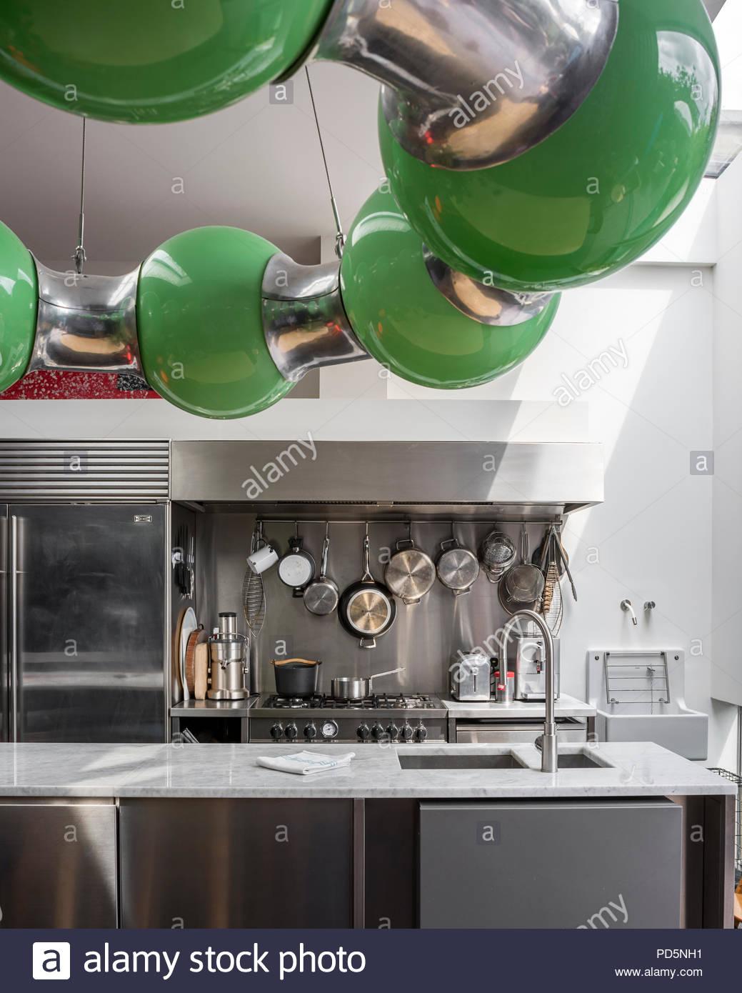 Full Size of Edelstahl Küche Kchen In Der Modernen Kche Mit Grnes Licht Von Andy Granitplatten Anthrazit Lüftungsgitter Einzelschränke Kaufen Günstig Abfalleimer Wohnzimmer Edelstahl Küche