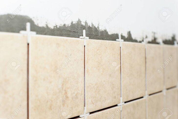 Medium Size of Keramische Fliesen Und Platten Mit Kunststoff Kreuze An Wohnzimmer Küchenwand