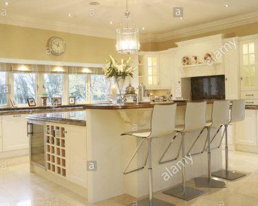 Küche Mit Bar Wohnzimmer Barhocker An Der Zentralen Insel Frhstck Bar In Moderne Barrierefreies Bad Zuschuss Krankenkasse Küche Pendelleuchte Granitplatten Miele Erweitern