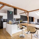 Klassische Kcheninsel Und Tabelle Mit Barhockern In Entworfener Wohnzimmer Kücheninsel
