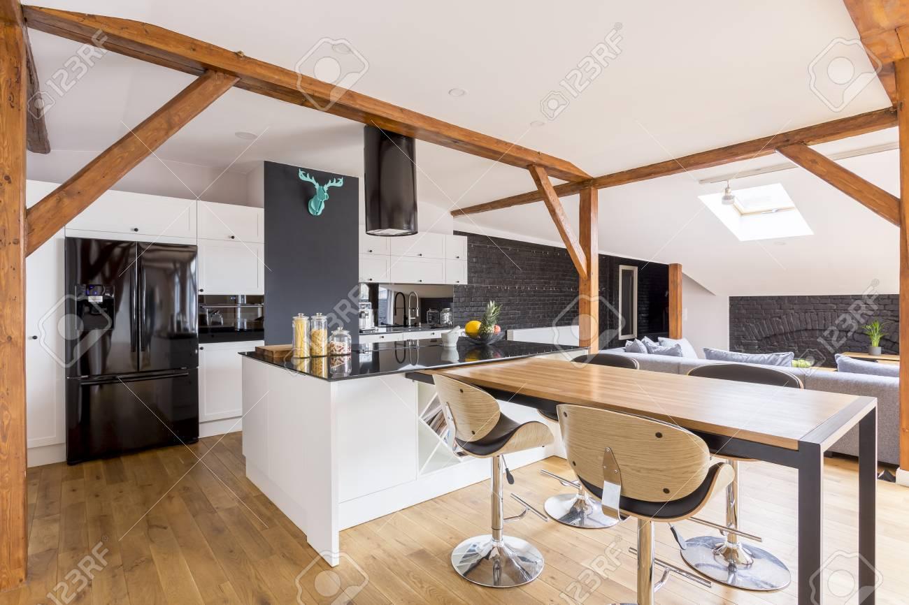 Full Size of Klassische Kcheninsel Und Tabelle Mit Barhockern In Entworfener Wohnzimmer Kücheninsel