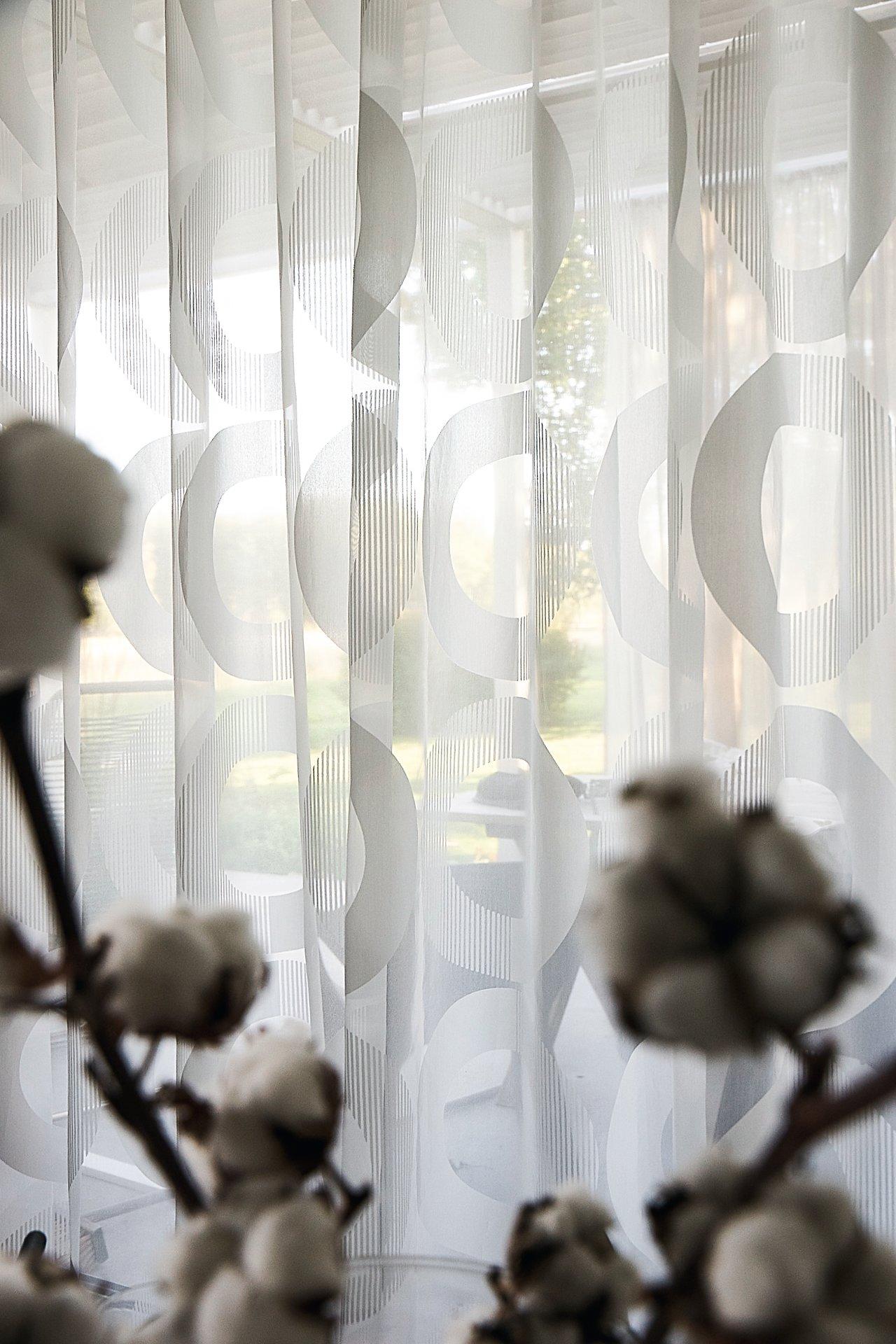 Full Size of Vorhang Linnea Modernes Muster Halbtransparent Auf Ma Wohnzimmer Gardinen Wandtattoos Küche Modern Weiss Board Tapeten Ideen Teppich Poster Beleuchtung Wohnzimmer Gardinen Modern Wohnzimmer