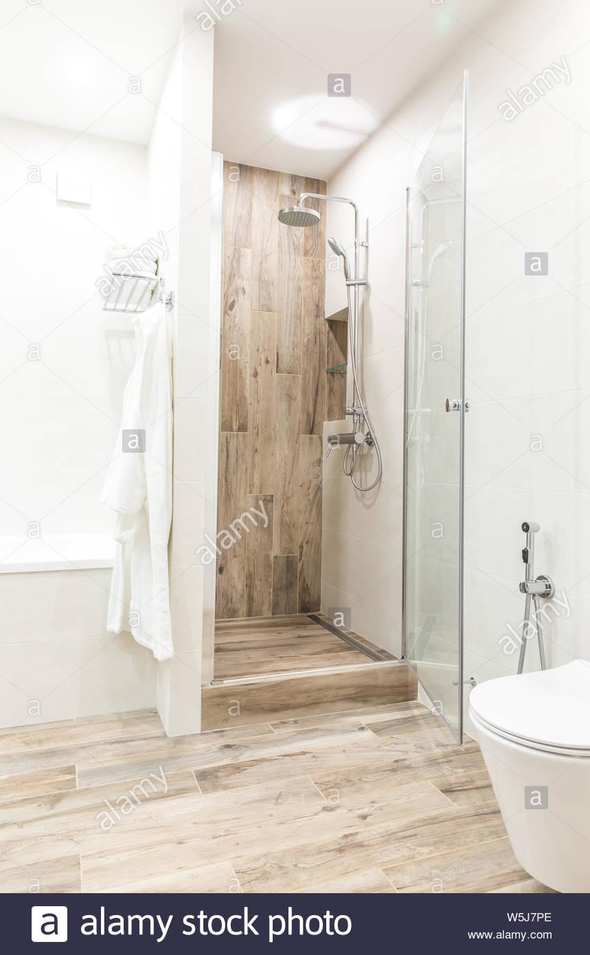 Full Size of Begehbare Dusche Im Badezimmer Mit Hlzernen Stil Kachel Stockfoto Wand Breuer Duschen Eckeinstieg Kaufen Bluetooth Lautsprecher Einhebelmischer Bodenebene Dusche Begehbare Dusche