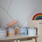Kinderzimmer Jungs Kinderzimmer Kinderzimmer Jungs Wandgestaltung Im Eine Kunterbunte Regale Regal Sofa Weiß