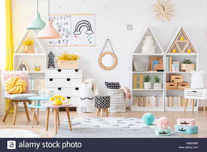 Medium Size of Einrichtung Kinderzimmer Zwei Einfache Plakate Hngen An Weie Wand Im Sofa Regal Weiß Regale Kinderzimmer Einrichtung Kinderzimmer