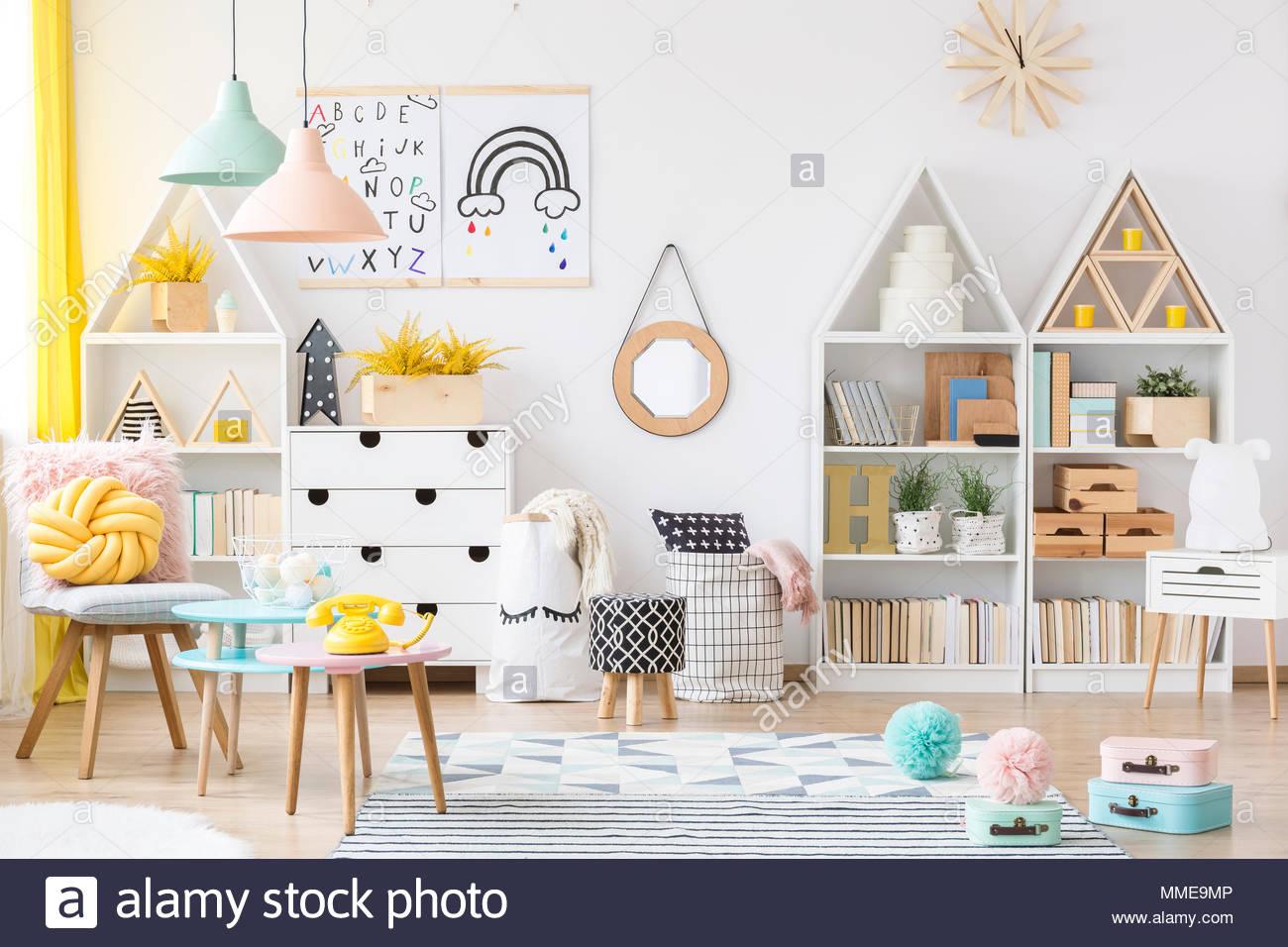 Full Size of Einrichtung Kinderzimmer Zwei Einfache Plakate Hngen An Weie Wand Im Sofa Regal Weiß Regale Kinderzimmer Einrichtung Kinderzimmer