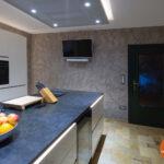 Wandgestaltung Kche Fugenlose Oberflchen Gestaltung Deckenlampe Küche Kaufen Mit Elektrogeräten Planen Gardine Arbeitsplatte Abfalleimer Wasserhahn Wohnzimmer Wandgestaltung Küche