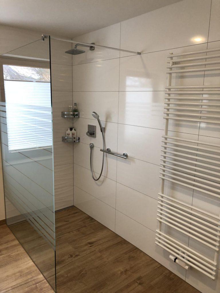 Full Size of Bad Mit Ebenerdiger Dusche Fertig Gestellt Hüppe Badewanne Tür Und Fliesen Bodenebene Ebenerdige Kosten Duschen Bodengleiche Moderne Bidet Bluetooth Dusche Dusche Ebenerdig