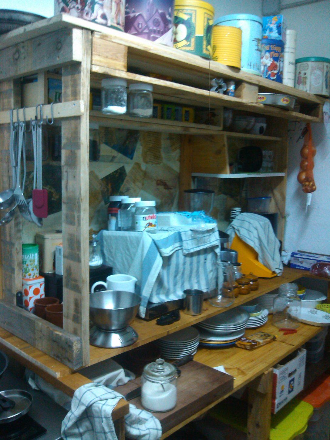 Large Size of Kchenmbel Aus Paletten So Bauen Sie Selber Schwarze Küche Schreinerküche Rosa Bodenbeläge Was Kostet Eine Neue Obi Einbauküche Lampen Eckküche Mit Wohnzimmer Küche Aus Paletten
