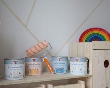 Kinderzimmer Jungen Kinderzimmer Kinderzimmer Jungen Wandgestaltung Im Eine Kunterbunte Regal Weiß Regale Sofa