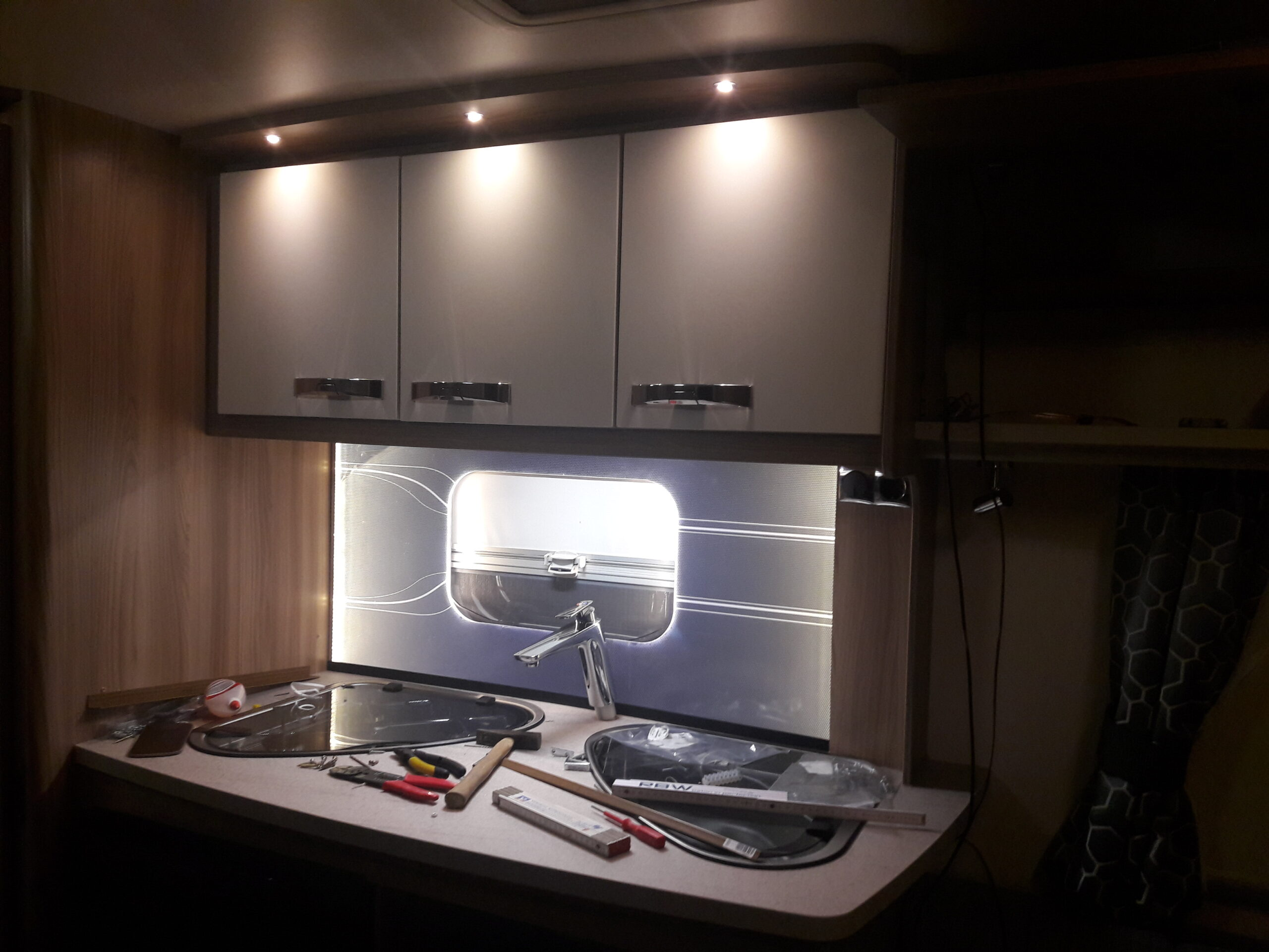 Full Size of Küchenwand Selbstbau Einer Beleuchteten Wohnwagen Kchenrckwand Happy Wohnzimmer Küchenwand
