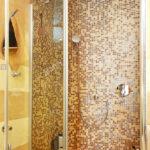 Duschkabine Mit Mosaikfliesen Und Glastr Stockfoto Fliesen Dusche Unterputz Einhebelmischer Abfluss 90x90 Wand Schiebetür Glaswand Begehbare Ohne Tür Kleine Dusche Glastür Dusche