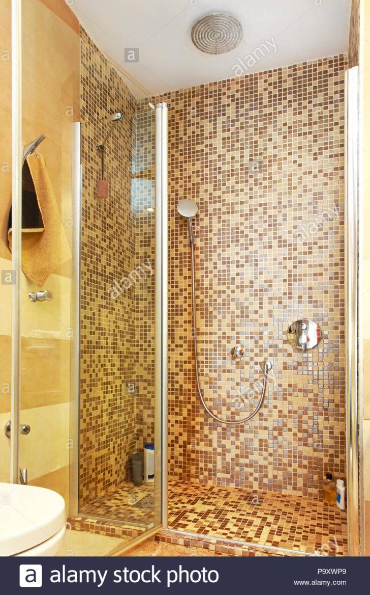 Medium Size of Duschkabine Mit Mosaikfliesen Und Glastr Stockfoto Fliesen Dusche Unterputz Einhebelmischer Abfluss 90x90 Wand Schiebetür Glaswand Begehbare Ohne Tür Kleine Dusche Glastür Dusche