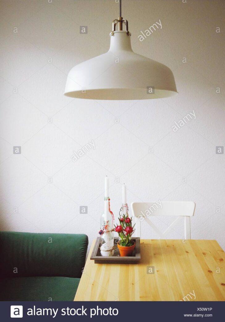 Medium Size of Pendelleuchte Esstisch Mit Stockfoto Holzplatte Teppich Baumkante Esstische Massiv Skandinavisch Massiver Rund Ausziehbar 120x80 Betonplatte Holz Lampen Esstische Pendelleuchte Esstisch