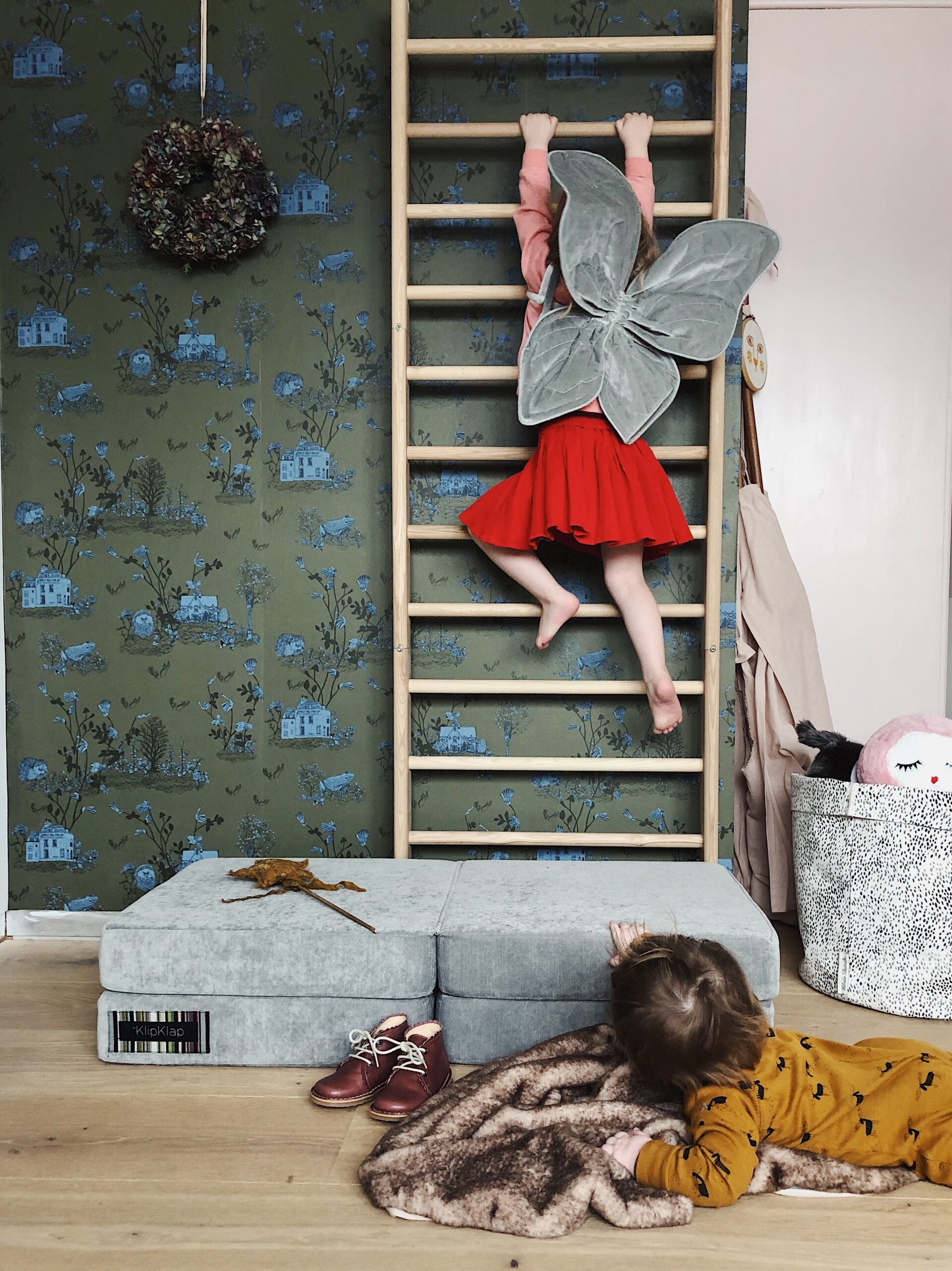Full Size of Sprossenwand Kinderzimmer Interiorgoals Im Bei Eva Regal Regale Sofa Weiß Kinderzimmer Sprossenwand Kinderzimmer