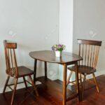 Kleiner Esstisch Mit Knstlichen Blumentopf Lizenzfreie Fotos Holz Massiv Holzplatte Rund Esstische 160 Ausziehbar Sofa Antik Kleine Klein Lampen Und Stühle Esstische Kleiner Esstisch