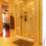 Glastür Dusche Mit Einer Glastr Stockbild Bild Von 76163103 Einbauen Wand Antirutschmatte Begehbare Ohne Tür Bluetooth Lautsprecher Fliesen Walk In Schulte Dusche Glastür Dusche