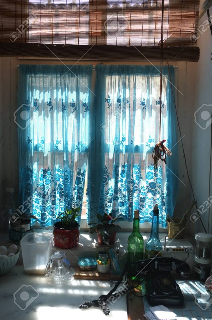 Medium Size of Kchenfenster Mit Blauen Vorhang Lizenzfreie Fotos Gardinen Für Küche Fenster Schlafzimmer Wohnzimmer Die Scheibengardinen Wohnzimmer Gardinen Küchenfenster