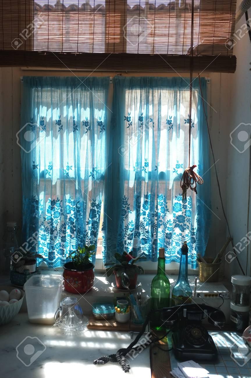 Full Size of Kchenfenster Mit Blauen Vorhang Lizenzfreie Fotos Gardinen Für Küche Fenster Schlafzimmer Wohnzimmer Die Scheibengardinen Wohnzimmer Gardinen Küchenfenster