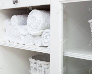 Weißes Regal Regal Weies Handtuch Auf Einem Regal Im Schrank Lizenzfreie Fotos Offenes Graues Aus Weinkisten Küche Regale Für Dachschrägen 25 Cm Tief Schlafzimmer Anfahrschutz
