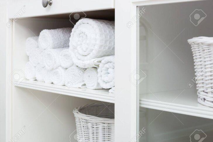 Medium Size of Weies Handtuch Auf Einem Regal Im Schrank Lizenzfreie Fotos Offenes Graues Aus Weinkisten Küche Regale Für Dachschrägen 25 Cm Tief Schlafzimmer Anfahrschutz Regal Weißes Regal