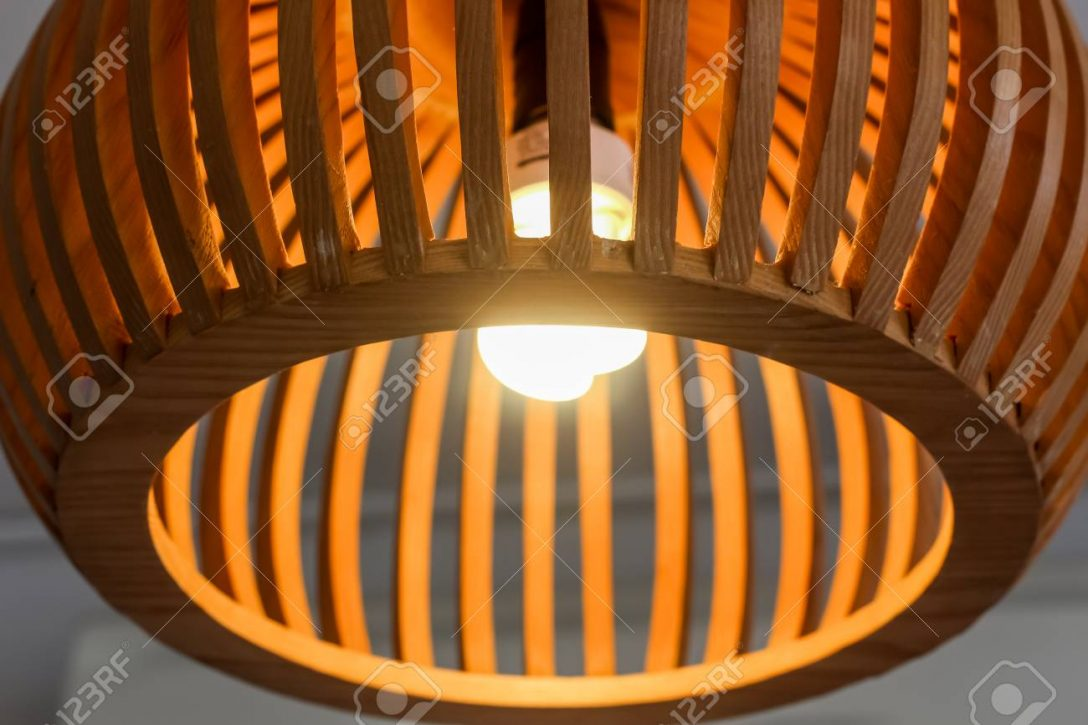 Large Size of Holzlampe Close Up Mit Glhbirne Retro Küche Wohnzimmer Schlafzimmer Esstisch Im Bad Led Für Betten Bett Wohnzimmer Holzlampe Decke