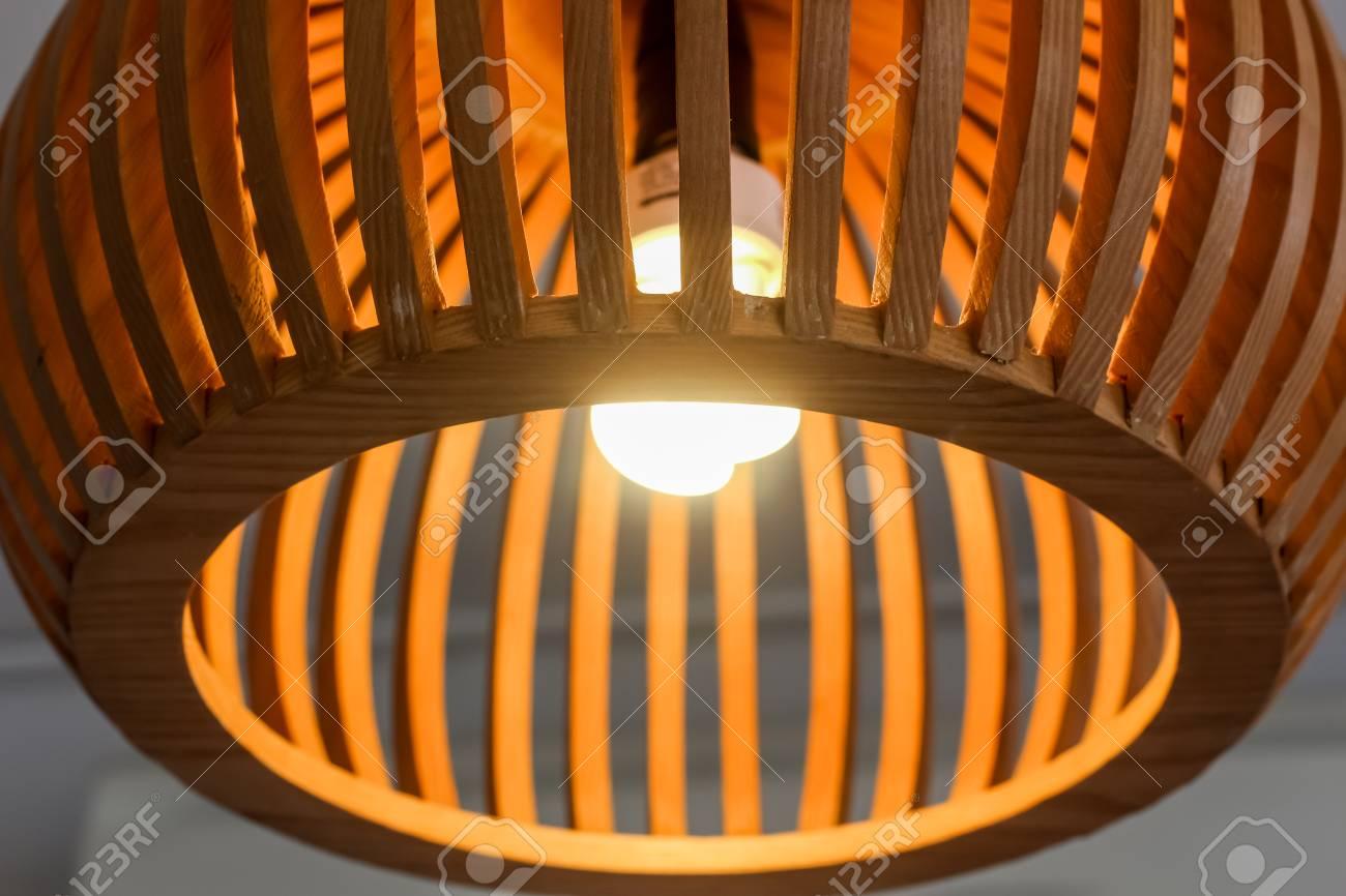Full Size of Holzlampe Close Up Mit Glhbirne Retro Küche Wohnzimmer Schlafzimmer Esstisch Im Bad Led Für Betten Bett Wohnzimmer Holzlampe Decke