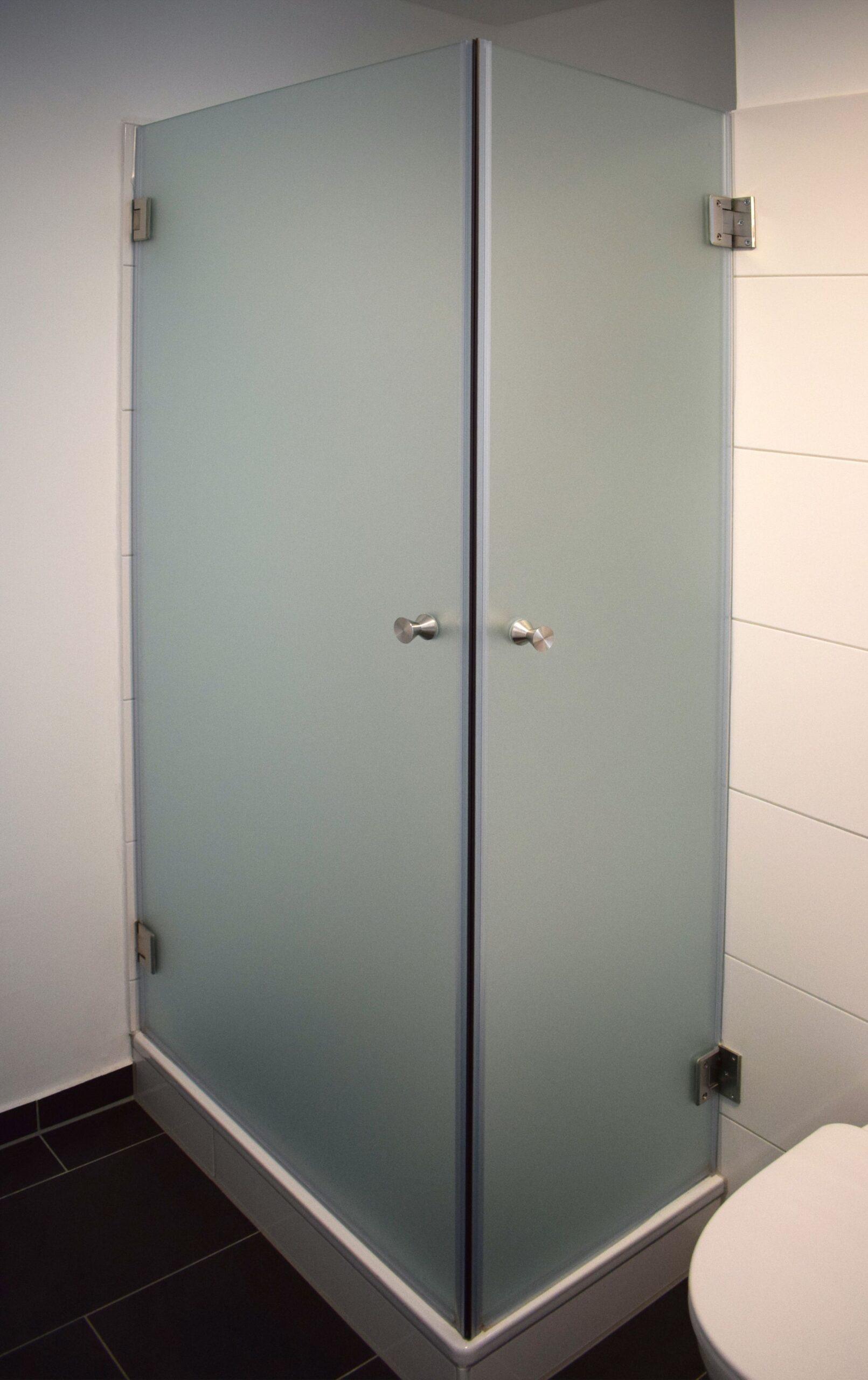 Full Size of Blickdichte Eckdusche Geschlossen Mit Satiniertem Glas Und 180 Badewanne Dusche Ebenerdige Fliesen Sprinz Duschen Einhebelmischer Tür Behindertengerechte Dusche Glaswand Dusche