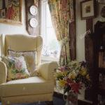 Wohnzimmer Gardinen Wohnzimmer Wohnzimmer Gardinen Floral Und Passende Kissen Auf Cremefarbenen Sessel Im Liege Komplett Fenster Kamin Rollo Anbauwand Indirekte Beleuchtung Vinylboden Tapete