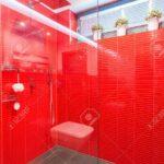 Exklusiven Dusche Mit Glastr Und Rote Wand Lizenzfreie Grohe Thermostat Rainshower Hüppe Duschen Breuer Nischentür Begehbare Fliesen Abfluss Schulte Sprinz Dusche Glastür Dusche