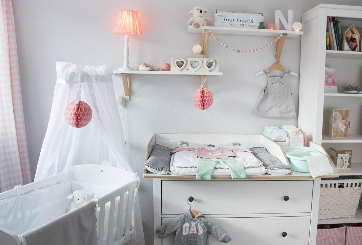 Full Size of Ein Skandinavisches Kinderzimmer Und Wickelaufsatz Fr Die Regal Sofa Regale Weiß Kinderzimmer Einrichtung Kinderzimmer