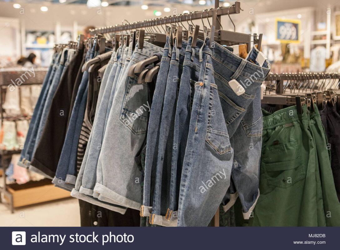 Large Size of Regal Für Kleidung Jeans Shorts Im Modische Auf Den Regalen Store Schulte Regale Obi Badezimmer Cd Buche Raumteiler Fliegengitter Fenster Glasregal Bad Ordner Regal Regal Für Kleidung
