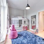 Weies Kinderzimmer Mit Blau Und Pink Spiegel Sitz Spiegelleuchte Bad Spiegelschrank Led Regal Küche Fliesenspiegel Weiß Sofa Spiegelschränke Wandspiegel Kinderzimmer Spiegel Kinderzimmer