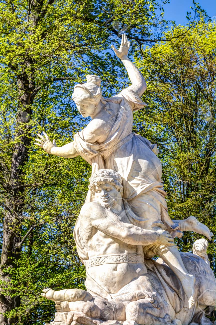 Full Size of Skulptur Im Groen Garten In Lizenzfreie Fotos Holzhäuser Mini Pool Spielgeräte Für Makler Regal Dachschräge Bewässerungssystem Stuhl Schlafzimmer Wohnzimmer Skulpturen Für Den Garten