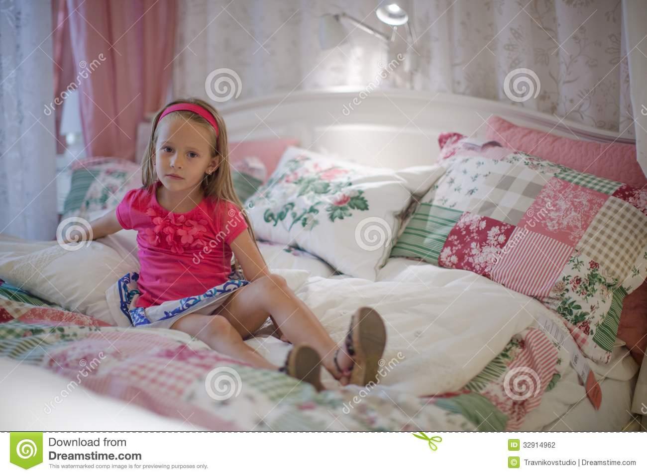Full Size of Mädchen Bett Kleines Mdchen Schwarz Weiß 140x200 Mit Bettkasten Kopfteil Selber Bauen 2x2m Günstig Futon Betten Für Teenager Liegehöhe 60 Cm Mannheim Wohnzimmer Mädchen Bett