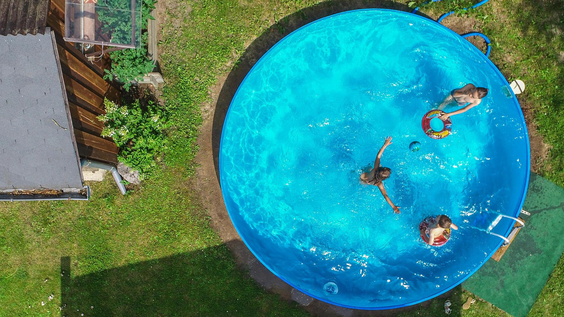 Full Size of Pool Im Garten Rechtslage Nrw Bauen Lassen Richtig Aufstellen Kosten Erlaubt Preis Jahr Diese Bakterien Knnen Badewasser Sein Wohnzimmer Board Wandbild Wohnzimmer Pool Im Garten