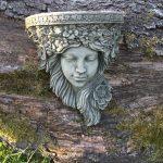 Eine Bildhauerische Konsolen Figur Mit Historischer Ausstrahlung Holztisch Garten Trennwand Pavillon Trennwände Spielgeräte Für Den Und Landschaftsbau Wohnzimmer Skulpturen Für Den Garten