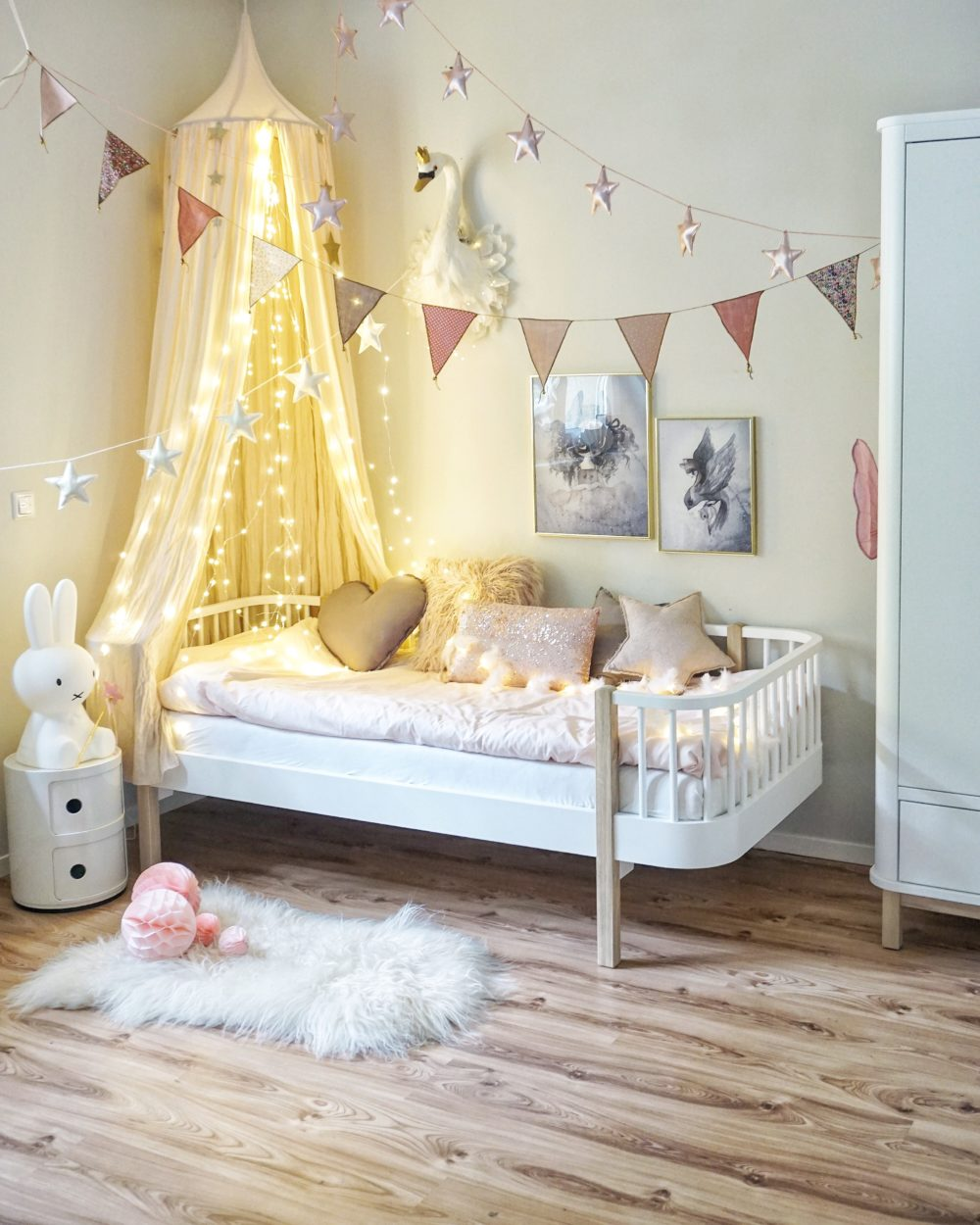 Full Size of Kinderzimmer Prinzessin Mdchen Schlafen Wie Eine Regal Weiß Regale Prinzessinen Bett Sofa Kinderzimmer Kinderzimmer Prinzessin