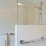 Behindertengerechte Dusche Barrierefrei Umgebautes Bad Diemeistertischler Bodenebene Begehbare Fliesen Eckeinstieg Küche Schiebetür Glaswand Bodengleiche Dusche Behindertengerechte Dusche