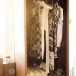 Kleidung Hngt An Einem Regal In Kleidungs Speicher Roller Regale 40 Cm Breit Fürs Wohnzimmer Paletten Zum Aufhängen Nach Maß Günstig Sichtschutzfolie Für Regal Regal Für Kleidung