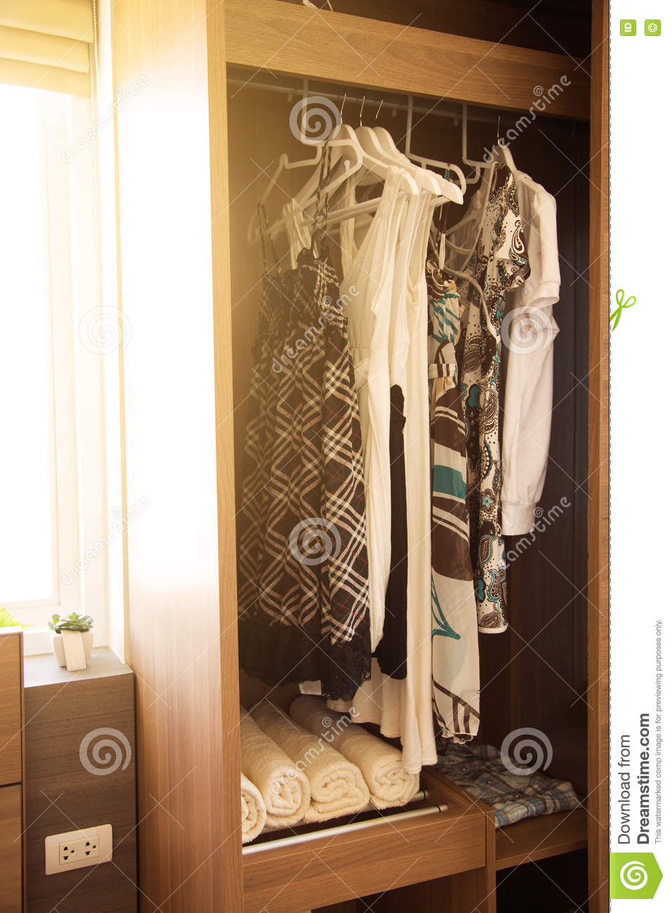 Full Size of Kleidung Hngt An Einem Regal In Kleidungs Speicher Roller Regale 40 Cm Breit Fürs Wohnzimmer Paletten Zum Aufhängen Nach Maß Günstig Sichtschutzfolie Für Regal Regal Für Kleidung
