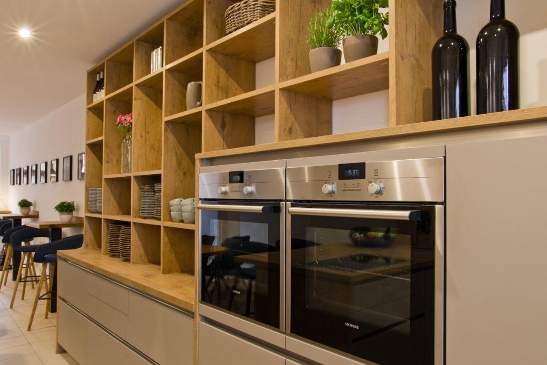 Large Size of Moderne Kche Fr Kochevents Mit Groem Offenen Wandregal Ihr Küchen Regal Küche Bad Landhaus Wohnzimmer Küchen Wandregal
