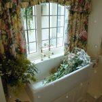Blumen Im Waschbecken Unter Fenster Mit Floral Gardinen Stockfoto Küche Schlafzimmer Wohnzimmer Für Die Scheibengardinen Wohnzimmer Gardinen Küchenfenster