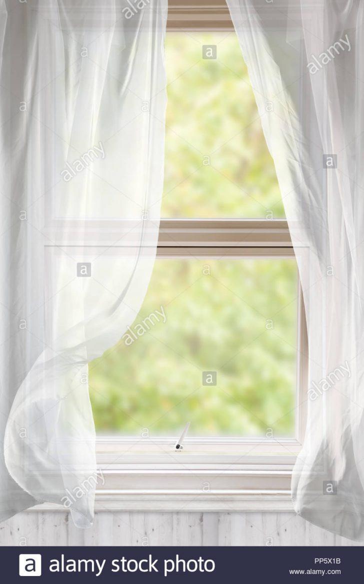 Gardinen Fenster Mit Voile Weht Im Wind Ffnen Stockfoto Einbruchschutz Sonnenschutz Einbruchsichere Sicherheitsfolie Schüco Kaufen Auf Maß Stange Wohnzimmer Gardinen Fenster