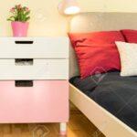 Nachttisch Kinderzimmer Kinderzimmer Close Up Sthetischen Weien Nachttisch Im Sofa Regal Weiß Regale