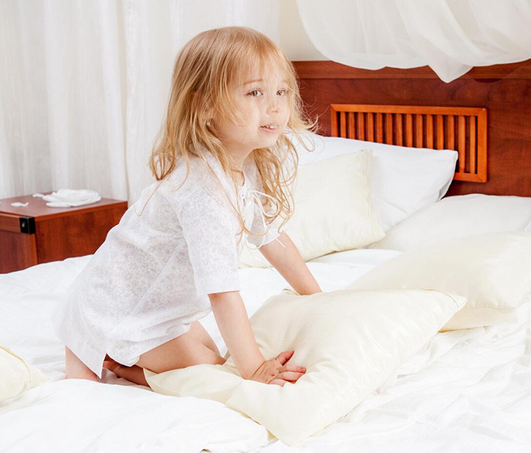 Large Size of Mädchen Bett Bilder Kleine Mdchen Blond Kind Wasser Modernes 180x200 90x200 Weiß Betten Mit Matratze Und Lattenrost 140x200 Metall Test 220 X Boxspring Wohnzimmer Mädchen Bett