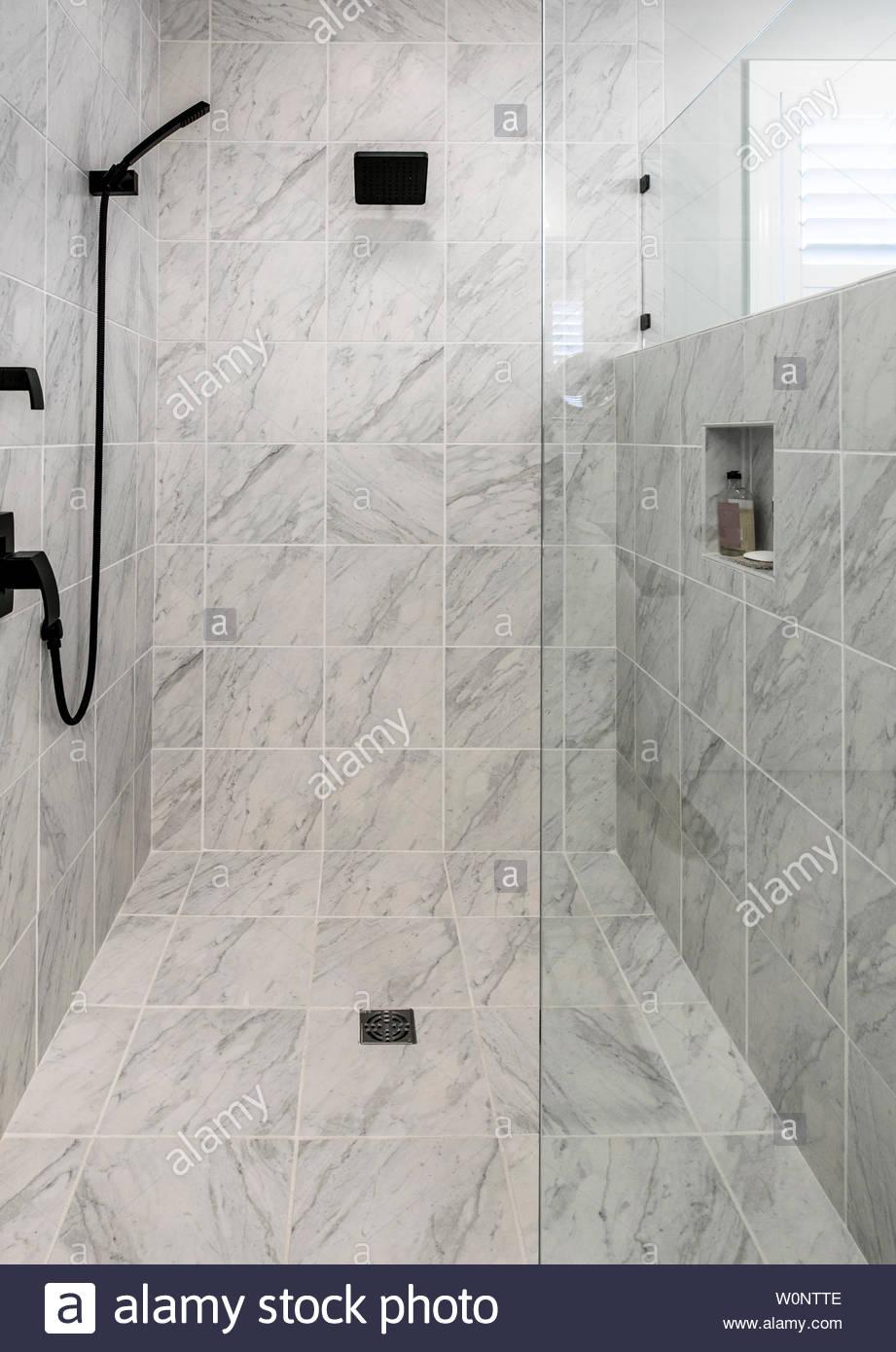 Full Size of Barrierefreie Dusche Luxus Mit Marmorboden Und Wnden Stockfoto Einbauen Ebenerdig Bodengleich Duschen Kaufen Hüppe Eckeinstieg Walkin Bodengleiche Schulte Dusche Barrierefreie Dusche